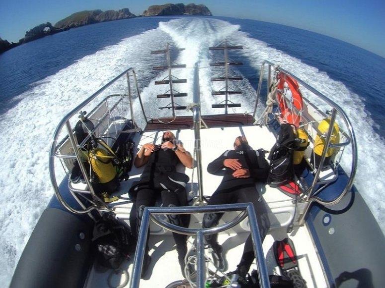 Buceadores tumbados mientras navegamos