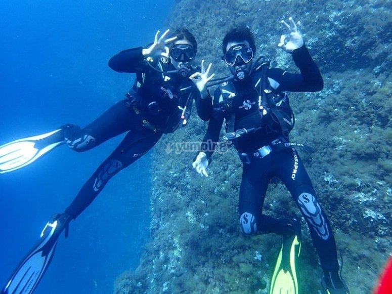 潜水员情侣在马略卡