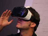 看着VR眼镜