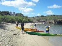 En la orilla con los kayaks