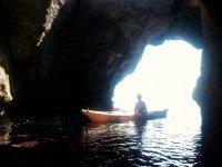Entrando en la cueva en kayak
