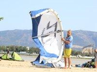 学生表拿着风筝在海滩上举行