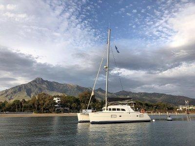 Charter privado catamarán en Marbella 2 horas
