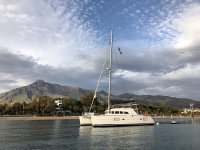 在马贝拉租用私人双体船2小时