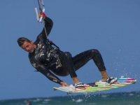 Experto de kitesurf durante la sesión