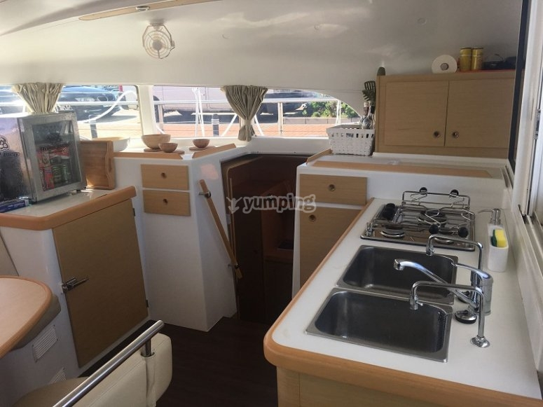 Cocina equipada en el catamaran