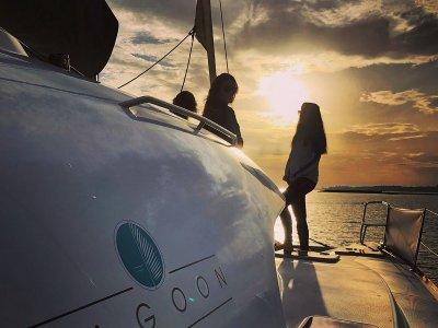 双体船游马贝拉日落温度低