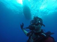 在船下潜水