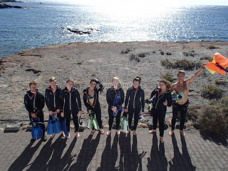 Todos los buceadores en la playa