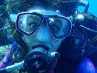 探索水肺潜水Taurito游泳池和大海