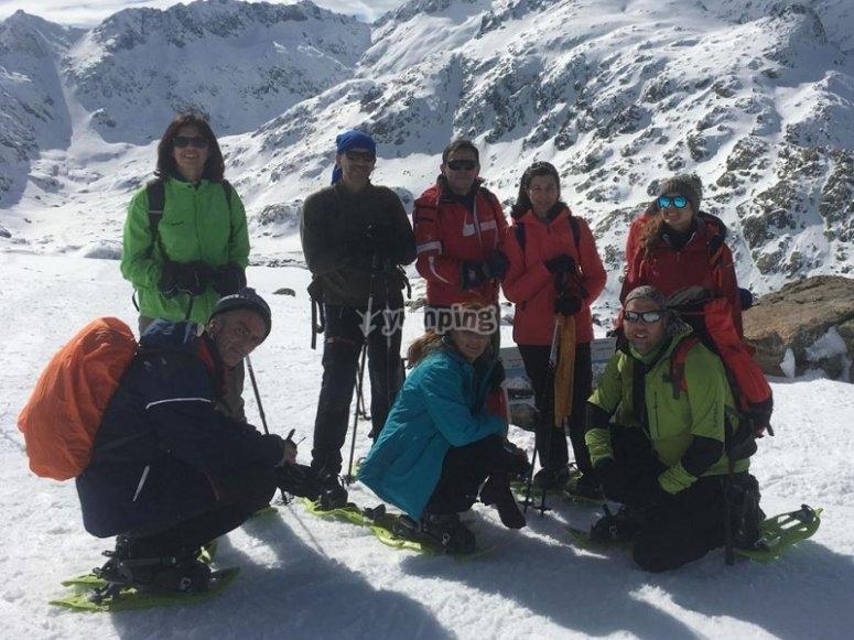 Grupo de aventureros con raquetas