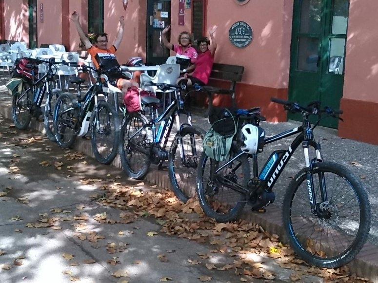 Ciclistas descansando en la terraza