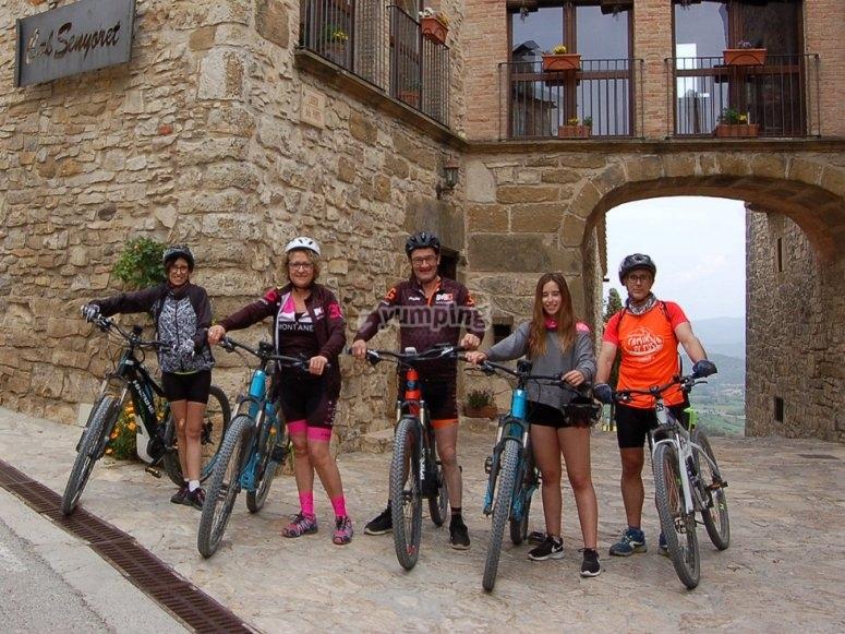 Ciclistas visitando el pueblo