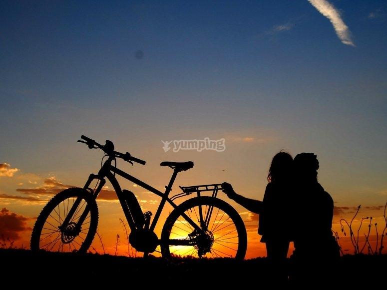 Contemplando el anochecer junto a la bici