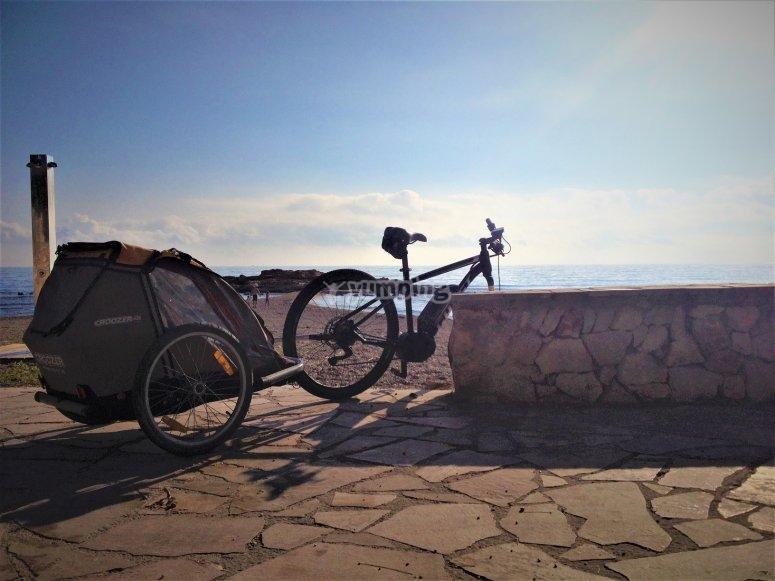 Bici con carrito frente al mar