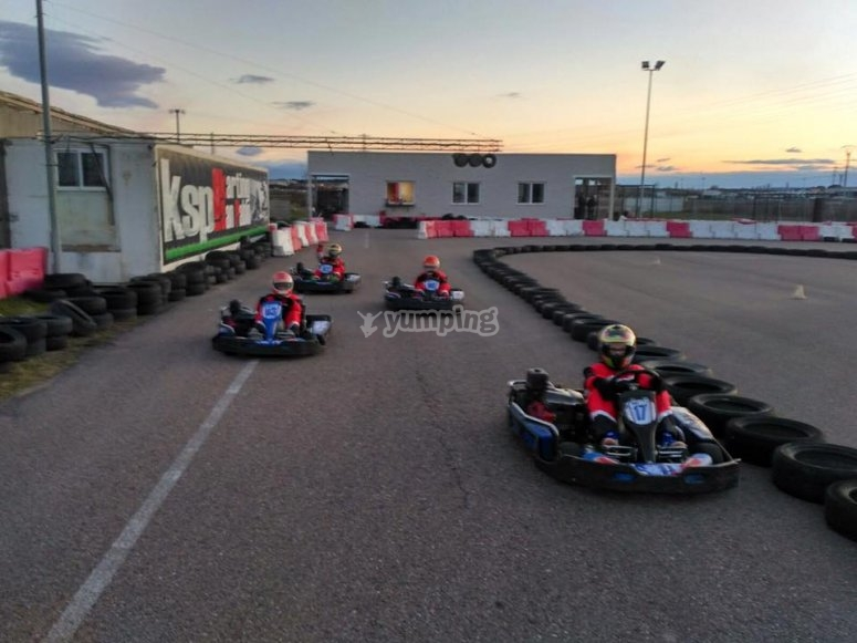 Grupo de corredores de karts