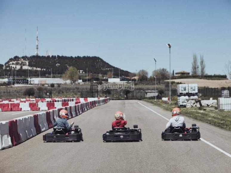 Pilotos en el circuito de kart