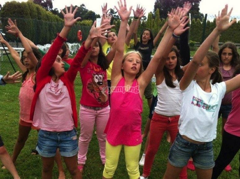 Bailando con las manos arriba