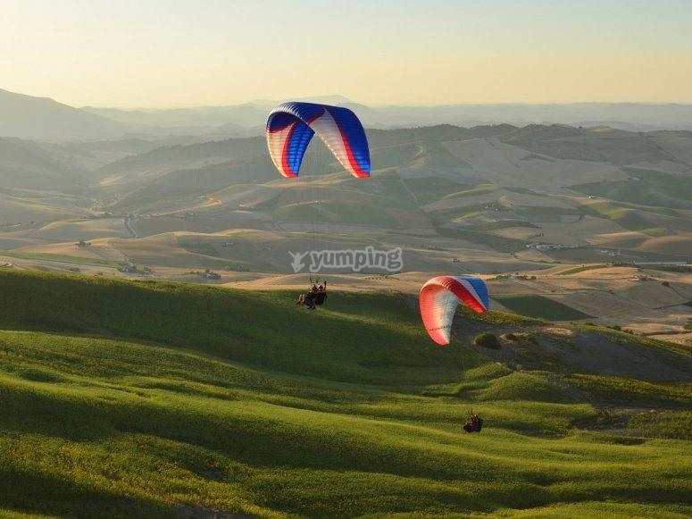 绿色风景滑翔伞飞行
