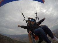 情侣的滑翔伞飞行在朗达与照片