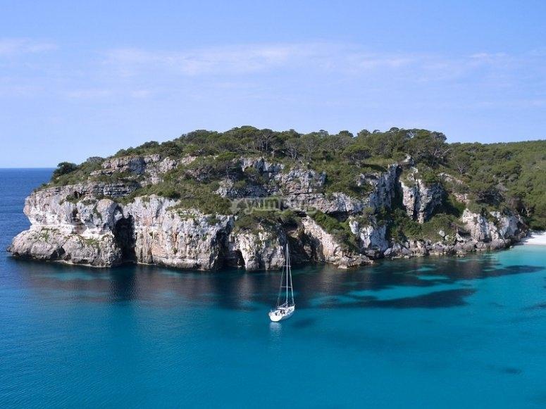 Recorre la costa de Ibiza en velero