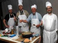 梦想与冒险4名厨师在表制作好饭