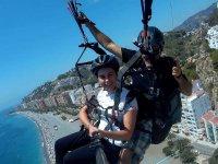 Volando en parapente sobre la costa.jpg