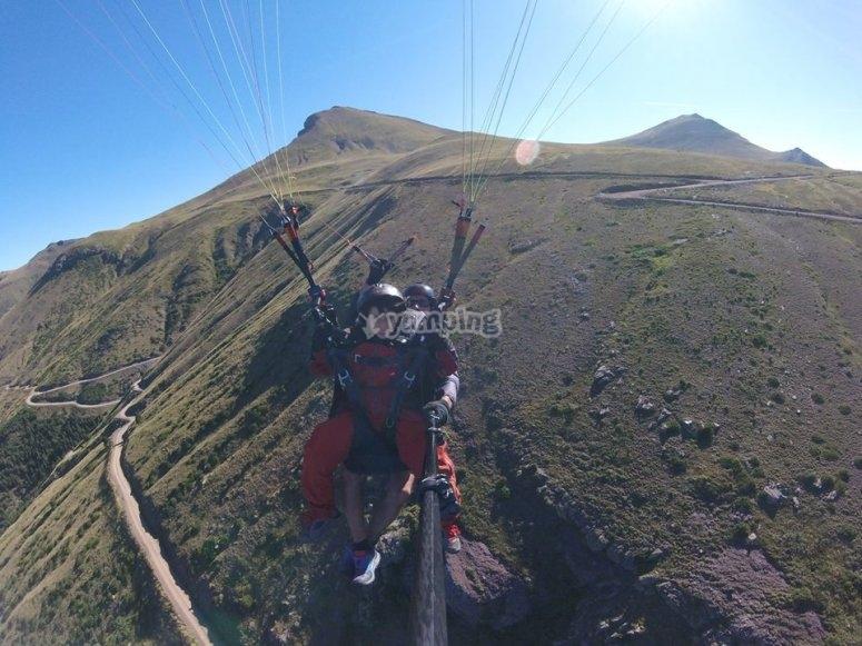 Parapente junto a los Pirineos