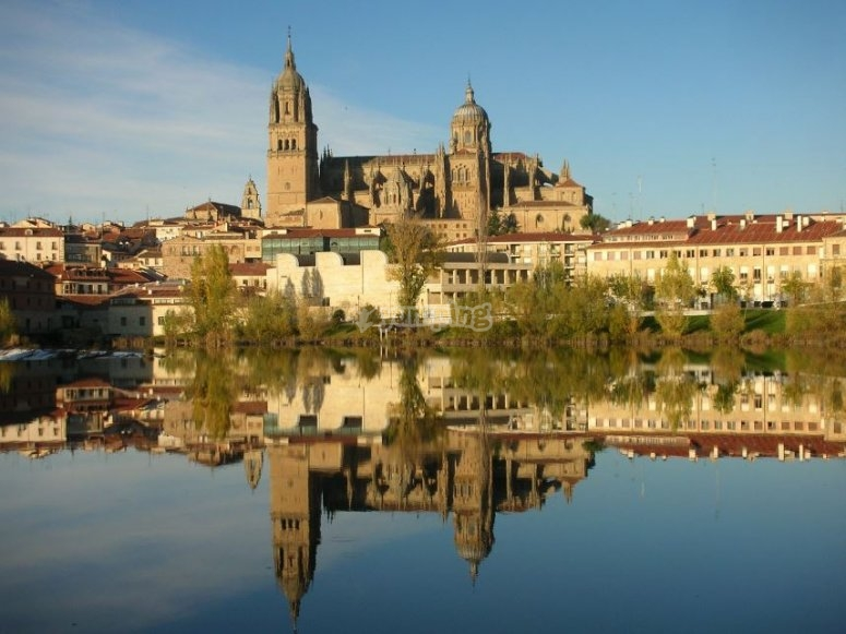 Catedral de Salamanca reflejada en el rio