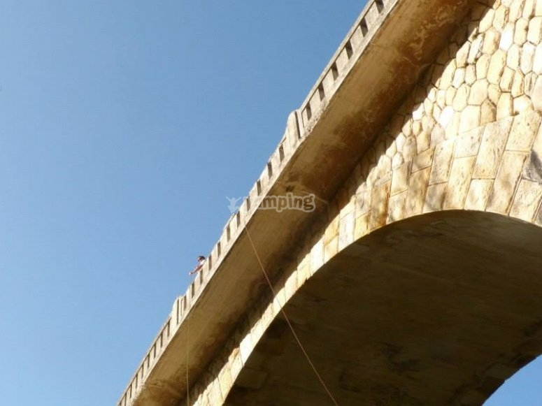 布尔戈斯桥做蹦极跳