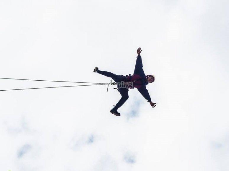 Volando tras el salto de puenting