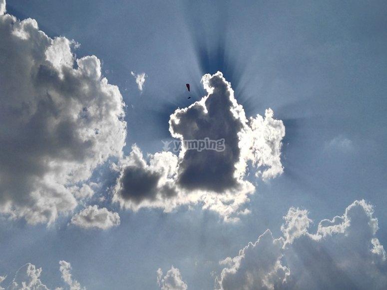 Volo in parapendio tra le nuvole