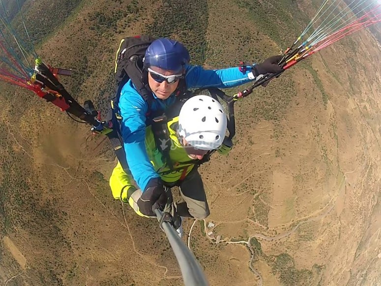 Volo in parapendio in alta montagna