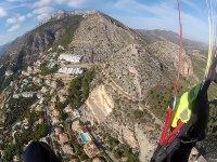 在马德里附近的高山滑翔伞飞行