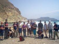 Grupo de senderista en la playa