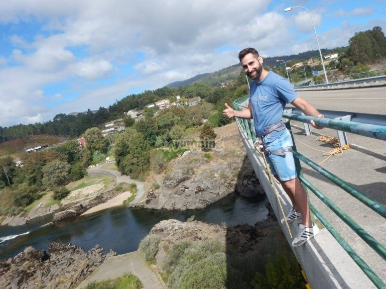 Deciso di saltare dal bungee jumping