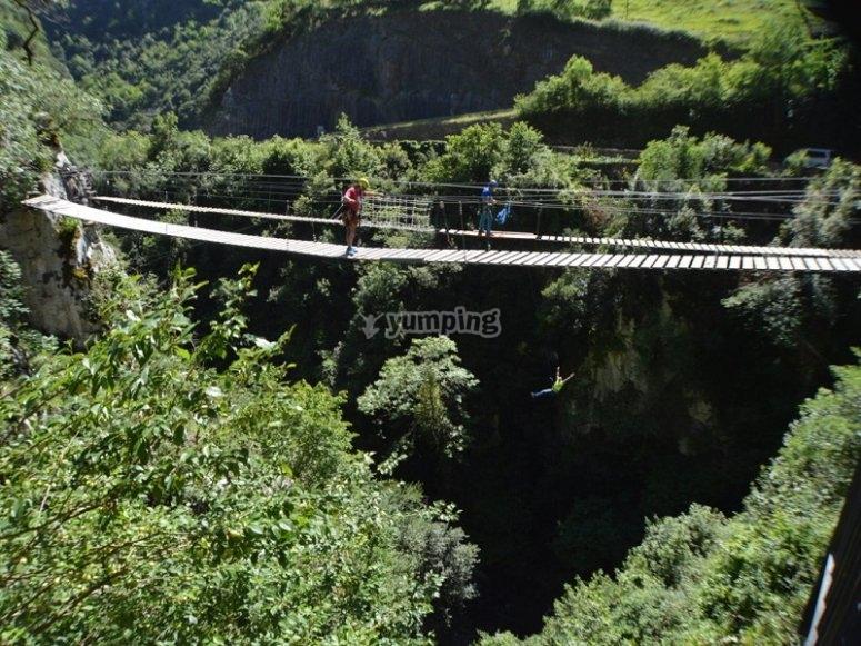 Puente tibetano para puenting en Asturias