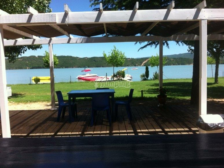 在湖边野餐