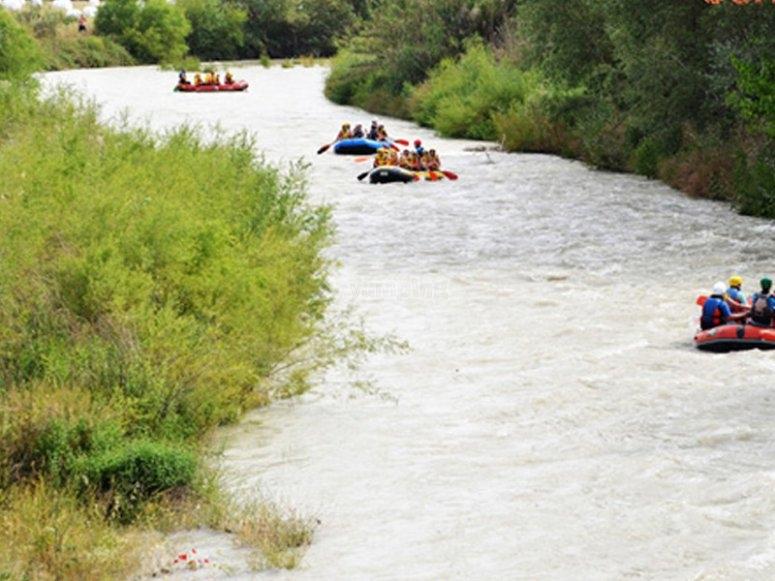 Deportes de río en el campamento