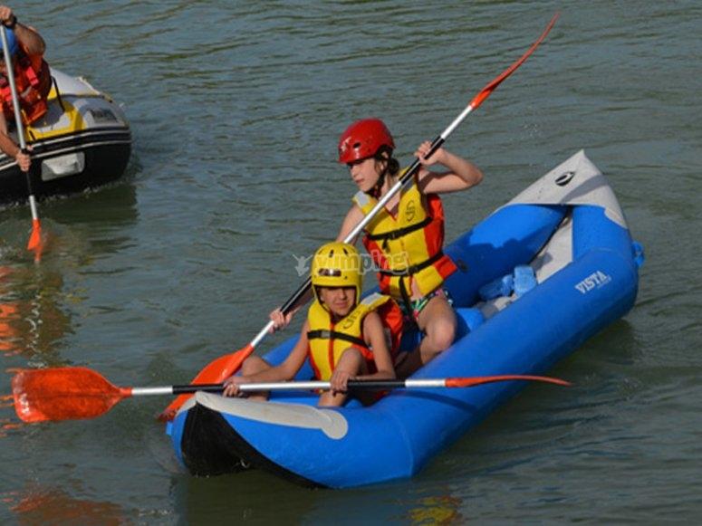 Remando en embarcación en el río