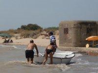 Llevando la barca hasta la playa