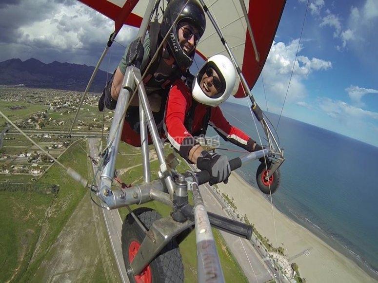 godendo di un volo in deltaplano