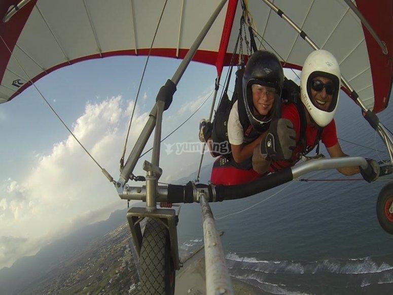 带着孩子在悬挂式滑翔中飞行