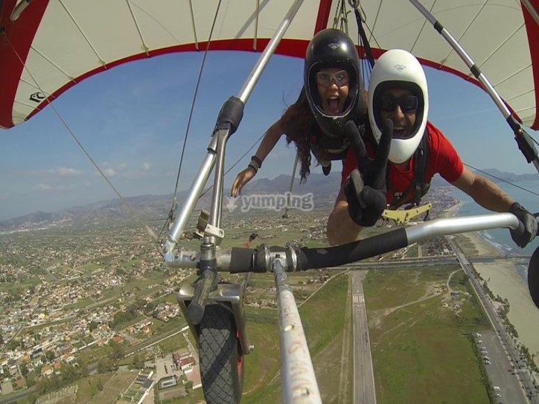 在悬挂式滑翔中飞行卡斯特利翁
