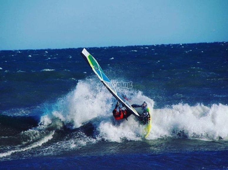 Praticare il windsurf a Valencia