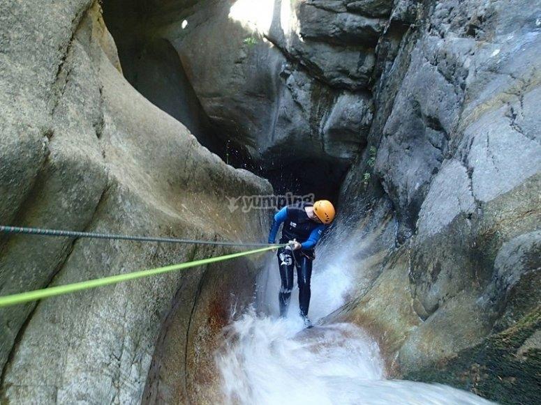 Bajando con rapel junto a la cascada en Ordesa