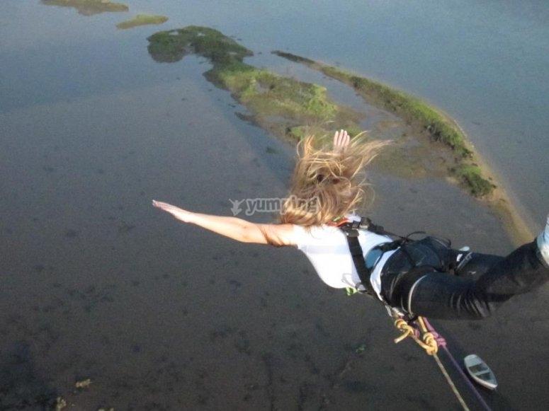puenting saltando en Arbo