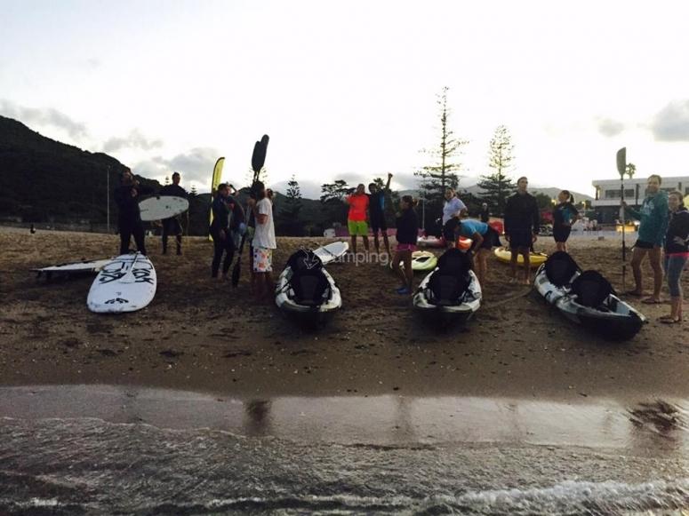 Preparando los kayaks en la playa de Tarifa