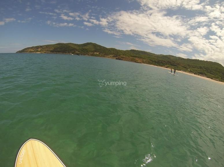 在Strait旁边的桨式冲浪