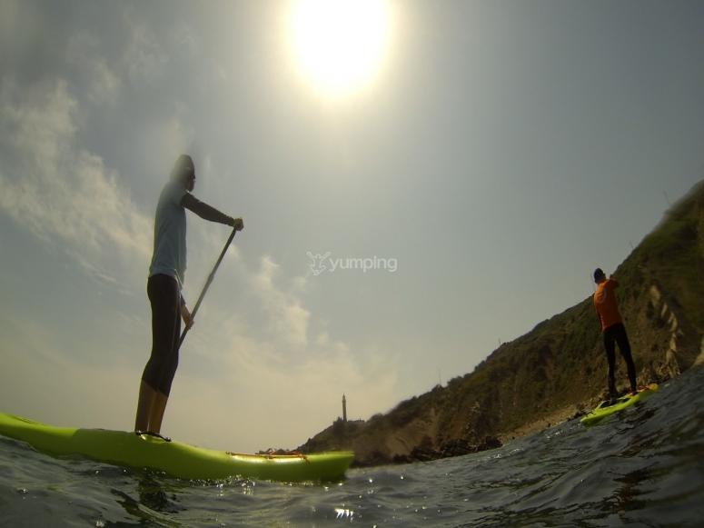 在阿尔赫西拉斯划桨冲浪